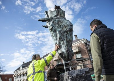 plaatsing bronzen paardenhoofd van Dirk Santens op Horecaplein Geldrop
