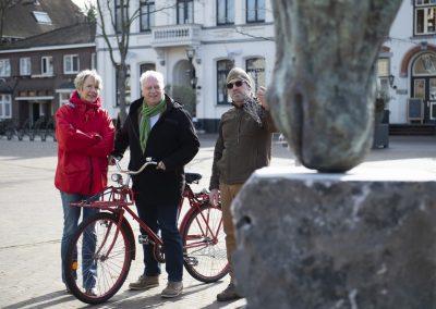 plaatsing paardenkop horecaplein galeriehoudster Sigrid Rhemrev- wethouder Rob van Otterdijk-kunstenaar Dirk Santens